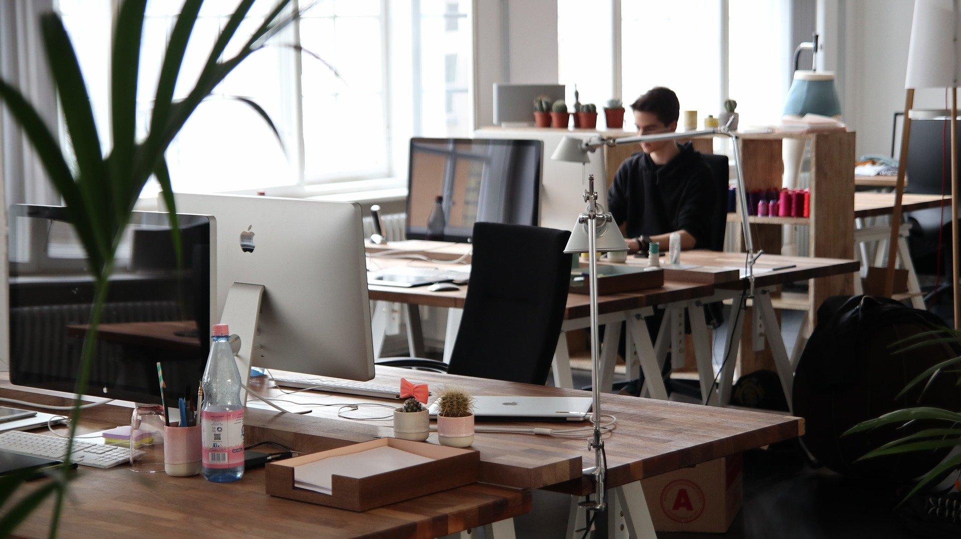 Schreibtische in einem Büro